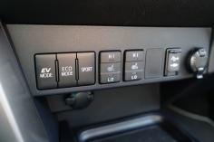 Sok klasszikus gomb: EV, ECO, Sport, ülésfűtés stb